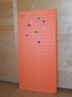 Пенополистироловые панели предлагает использовать для размещения коллекции Денис Шумов из Петербурга. При помощи отвертковерта и насадки из крышки делаются стандартные углубления.